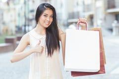 Muchacha asiática con los bolsos de compras imágenes de archivo libres de regalías
