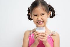 Muchacha asiática con un vidrio de leche Imagenes de archivo