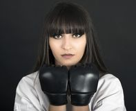 Muchacha asiática de Karateka en tiro negro del estudio del fondo Imagen de archivo
