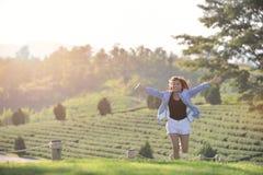 Muchacha asiática de la belleza al aire libre que disfruta de la naturaleza, aumentando funcionamiento del handsand beau Fotos de archivo