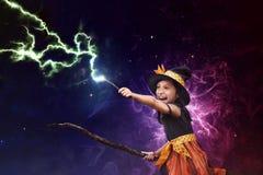 Muchacha asiática de la bruja con el palo de escoba y la vara de la magia fotos de archivo libres de regalías