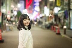Muchacha asiática de la muchacha que camina en la calle de la ciudad de la noche Fotos de archivo libres de regalías