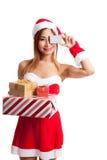 Muchacha asiática de la Navidad con la ropa de Papá Noel, la caja de regalo y la tarjeta Foto de archivo