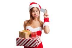 Muchacha asiática de la Navidad con la ropa de Papá Noel, la caja de regalo y la tarjeta Fotos de archivo libres de regalías