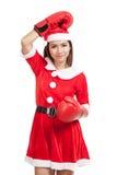 Muchacha asiática de la Navidad con la ropa de Santa Claus y el guante de boxeo Fotos de archivo