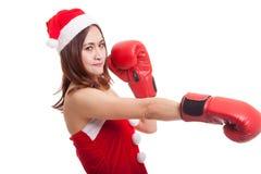 Muchacha asiática de Santa Claus de la Navidad con el guante de boxeo Imagen de archivo libre de regalías