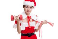Muchacha asiática de Santa Claus de la Navidad con la cinta métrica y el dumbbel Foto de archivo