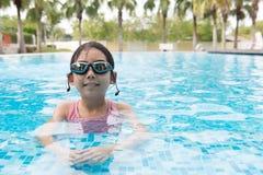 Muchacha asiática del adolescente con las gafas Fotografía de archivo libre de regalías