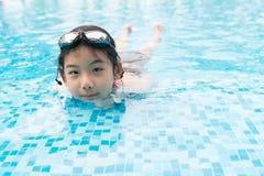 Muchacha asiática del adolescente con las gafas Imágenes de archivo libres de regalías