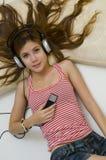 Muchacha asiática del adolescente que escucha la música Imagen de archivo