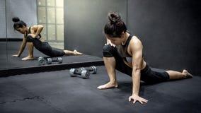 Muchacha asiática del atleta que hace ejercicio en gimnasio de la aptitud imagen de archivo