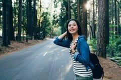 Muchacha asiática del campista contento del viaje por carretera de la partida de la naturaleza foto de archivo