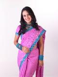 Muchacha asiática del `en sari rosada con jewelery rico Foto de archivo libre de regalías