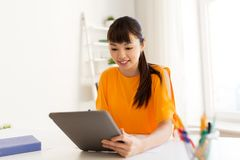 Muchacha asiática del estudiante con PC de la tableta que aprende en casa Fotos de archivo libres de regalías