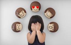 Muchacha asiática del niño con el fondo, las sensaciones y las emociones blancos del niño Imagen de archivo libre de regalías