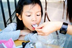 Muchacha asiática del niño con fiebre, foto de archivo