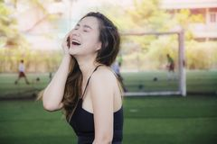 Muchacha asiática del retrato de medio cuerpo del cuerpo en sistema del entrenamiento con la sonrisa una postura atractiva de una fotos de archivo