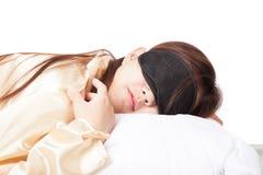 Muchacha asiática durmiente con la máscara de ojo Fotos de archivo
