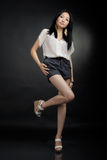 Muchacha asiática en camiseta y pantalones cortos Fotos de archivo libres de regalías