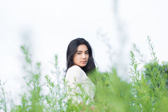 Muchacha asiática en el jardín de flores Imagenes de archivo