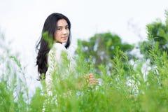 Muchacha asiática en el jardín de flores Fotografía de archivo libre de regalías