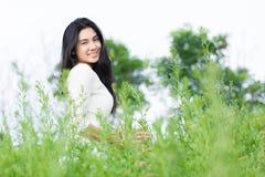 Muchacha asiática en el jardín de flores Imagen de archivo libre de regalías