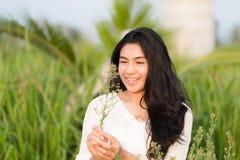 Muchacha asiática en el jardín de flores Fotografía de archivo
