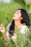 Muchacha asiática en el jardín de flores Fotos de archivo libres de regalías