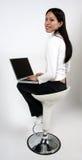 Muchacha asiática en el ordenador Foto de archivo