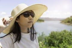 Muchacha asiática en el sombrero y las gafas de sol, portait de la forma de vida del aire libre, suma imagenes de archivo