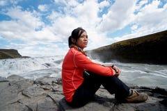 Muchacha asiática en la cascada de Gullfoss Imagen de archivo libre de regalías