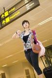 Muchacha asiática en la terminal de aeropuerto de Changi de Singapur Imagen de archivo