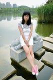 Muchacha asiática en la trayectoria del lago Imágenes de archivo libres de regalías