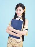 Muchacha asiática en qipao del cheongsam con el libro chino Fotos de archivo libres de regalías
