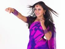 Muchacha asiática en sari con el peinado hermoso del vuelo Fotos de archivo