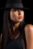 Muchacha asiática en sombrero de fieltro Fotografía de archivo
