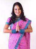 Muchacha asiática en una postura del wecome con la sari rosada Imagen de archivo libre de regalías
