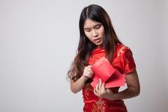 Muchacha asiática en vestido chino del cheongsam con el sobre rojo Foto de archivo