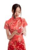 Muchacha asiática en vestido chino del cheongsam con el sobre rojo Fotos de archivo libres de regalías