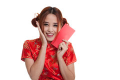 Muchacha asiática en vestido chino del cheongsam con el sobre rojo Fotografía de archivo