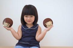 Muchacha asiática feliz del niño que juega con el juguete en el sitio, las sensaciones y las emociones blancos de la pared del co Foto de archivo libre de regalías