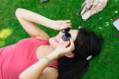 Muchacha asiática feliz en el parque Imagenes de archivo