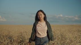 Muchacha asiática feliz en la puesta del sol que disfruta de la naturaleza del verano almacen de metraje de vídeo