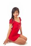 Muchacha asiática hermosa en alineada roja Imagenes de archivo
