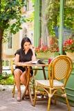 Muchacha asiática hermosa en café Imágenes de archivo libres de regalías