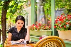 Muchacha asiática hermosa en café Imagen de archivo libre de regalías