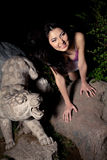 Muchacha asiática hermosa en noche oscura Fotos de archivo libres de regalías