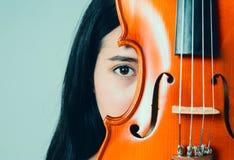 Muchacha asiática hermosa joven con su violín Fotografía de archivo libre de regalías