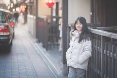 Muchacha asiática hermosa que despierta en la calle Imagenes de archivo