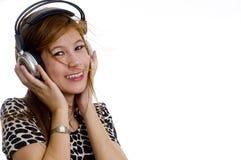 Muchacha asiática hermosa que escucha la música imágenes de archivo libres de regalías